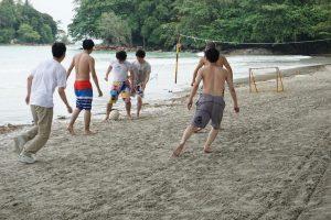 インドネシア ビンタン島 波辺でサッカー